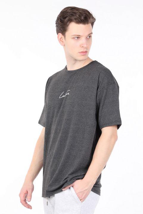 Мужская темно-серая футболка с круглым вырезом и надписью на спине