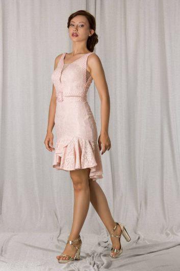 Короткое вечернее платье из пудрового кружева с юбкой с оборками - Thumbnail
