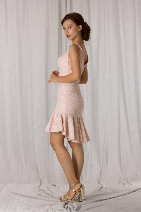 Короткое вечернее платье из пудрового кружева с юбкой с оборками