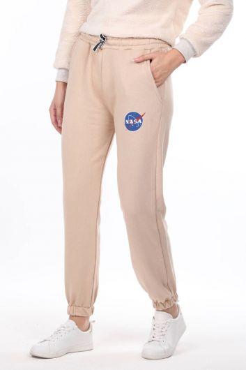 MARKAPIA WOMAN - بنطلون نسائي بيج مطاطي مطبوع من ناسا (1)