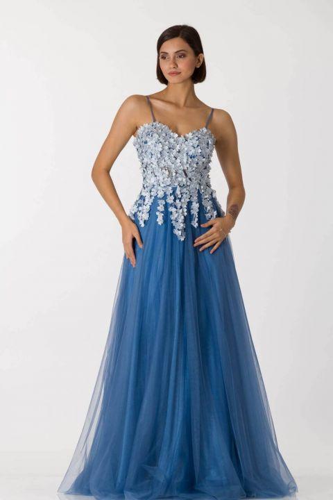 Синее длинное вечернее платье из тюля с тонкими бретелями