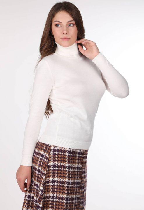 Женский тонкий вязаный свитер с высоким воротом цвета экрю