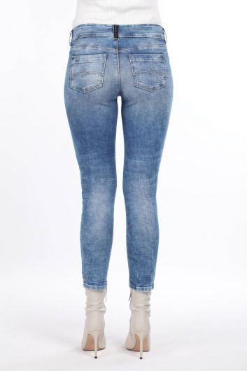 Узкие джинсовые брюки с карманами и детализированными деталями - Thumbnail