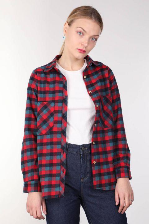 Женская рубашка в клетку с разноцветными карманами