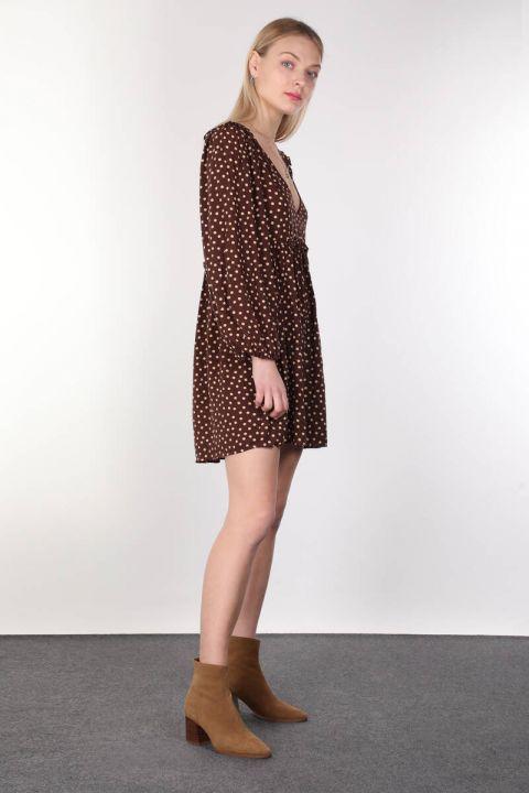Коричневое женское платье с короткими рукавами и v-образным вырезом в горошек