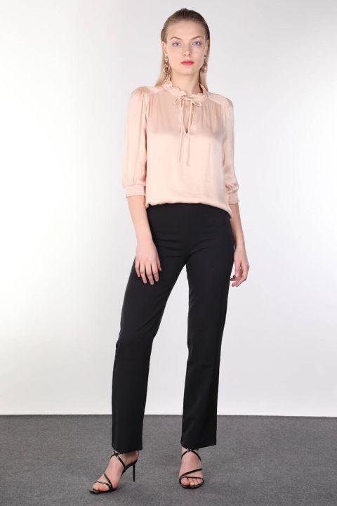 Женская блузка с пудровым воротником и оборками