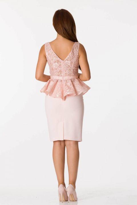 فستان سهرة وردي بفتحة رقبة على شكل V بحزام سميك