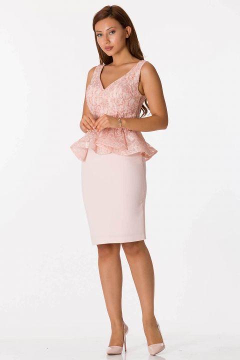 Розовый костюм вечернее платье с толстыми бретелями и v-образным вырезом