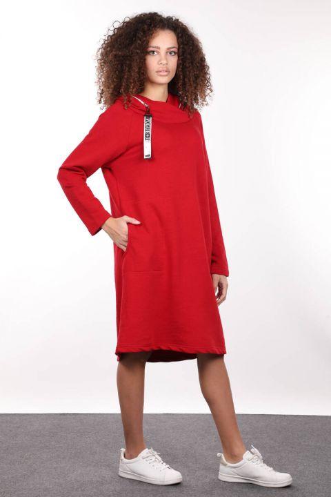 فستان أحمر طويل ذو قصة ضيقة وسحاب مقنعين