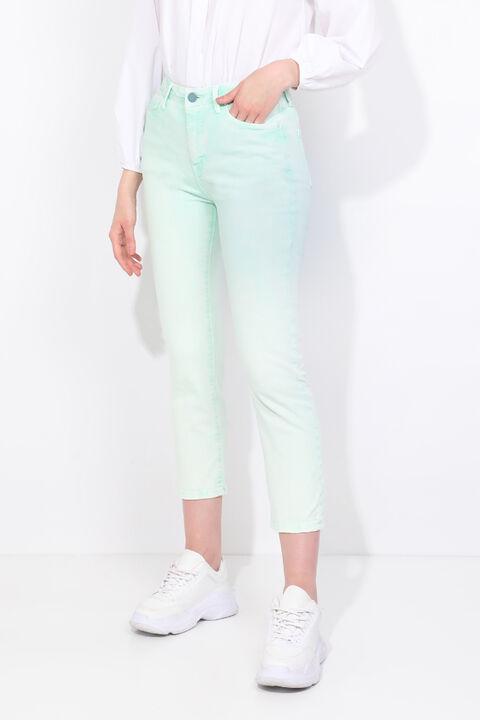 Зеленые женские джинсовые брюки стандартного кроя