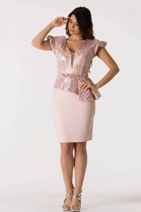 Розовый вечерний костюм асимметричного кроя с V-образным вырезом