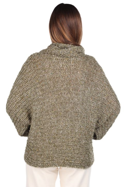 Трикотажный зеленый женский трикотажный свитер с потертым вырезом