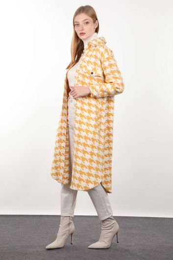 MARKAPIA WOMAN - Желтая длинная женская куртка с рисунком гусиные лапки (1)