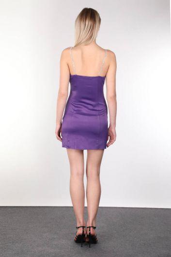 Атласное фиолетовое мини-платье с блестящими камнями и ремешками для женщин - Thumbnail