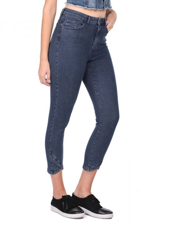 Женские узкие джинсовые брюки с детализированными штанинами