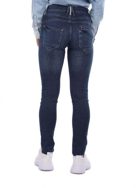 جينز نسائي ضيق