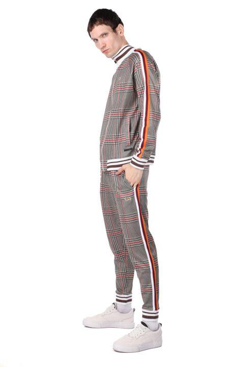 Мужской спортивный костюм в клетку в полоску