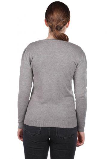 Серый женский трикотажный свитер с V-образным вырезом - Thumbnail