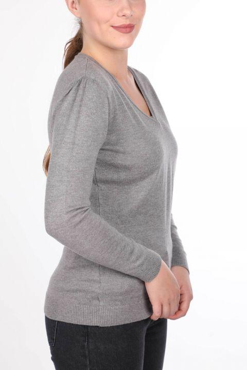 Серый женский трикотажный свитер с V-образным вырезом