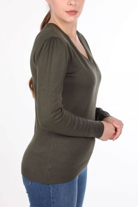 Хаки-зеленый женский трикотажный свитер с V-образным вырезом