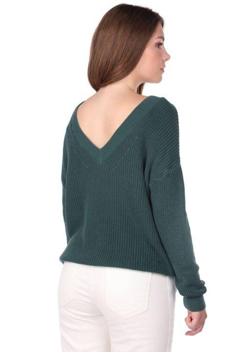 Зеленый женский трикотажный свитер с V-образным вырезом