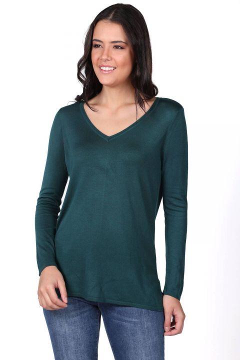 Зеленый женский тонкий вязаный свитер с v-образным вырезом