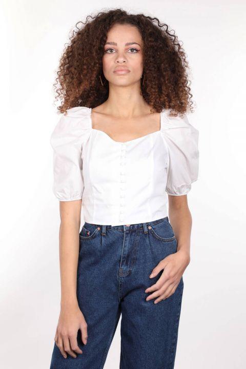 Белая укороченная блуза на пуговицах с эластичной спинкой