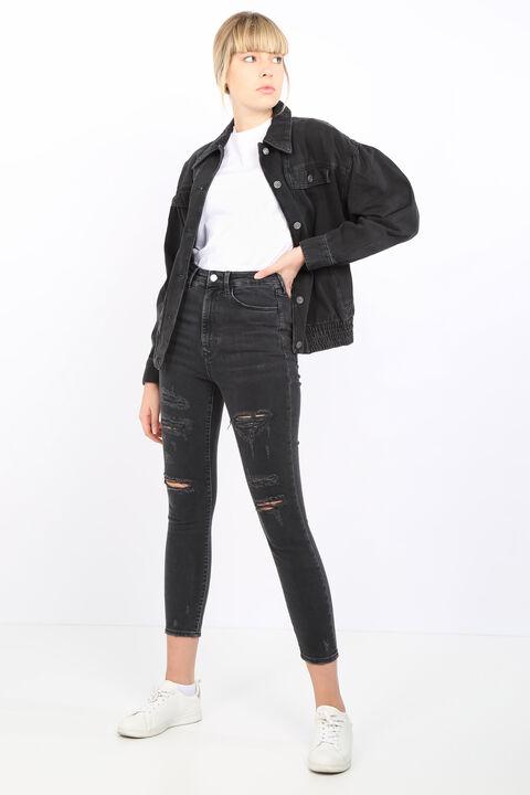 Женские джинсовые брюки антрацитового цвета с рваными деталями