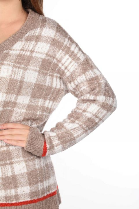 Женский бежевый свитер с V-образным вырезом в клетку