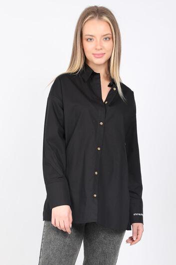 قميص بوي فريند مطرز بشق أسود للنساء - Thumbnail