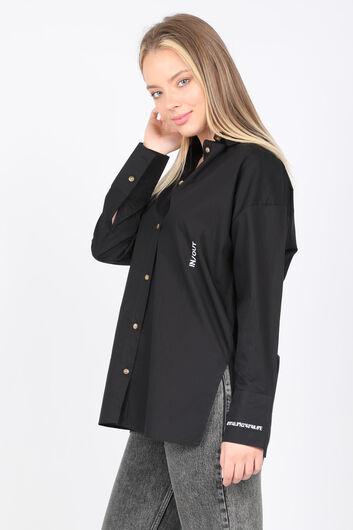 MARKAPIA WOMAN - قميص بوي فريند مطرز بشق أسود للنساء (1)