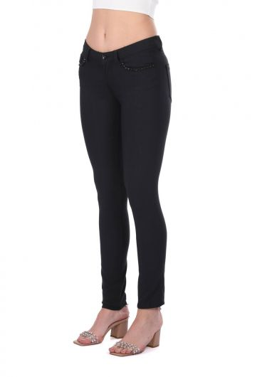 BLUE WHITE - Женские джинсовые брюки с деталями из черного камня (1)