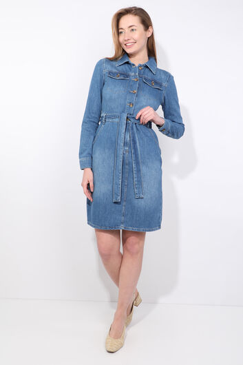 Женское джинсовое платье с синим поясом и длинным рукавом - Thumbnail
