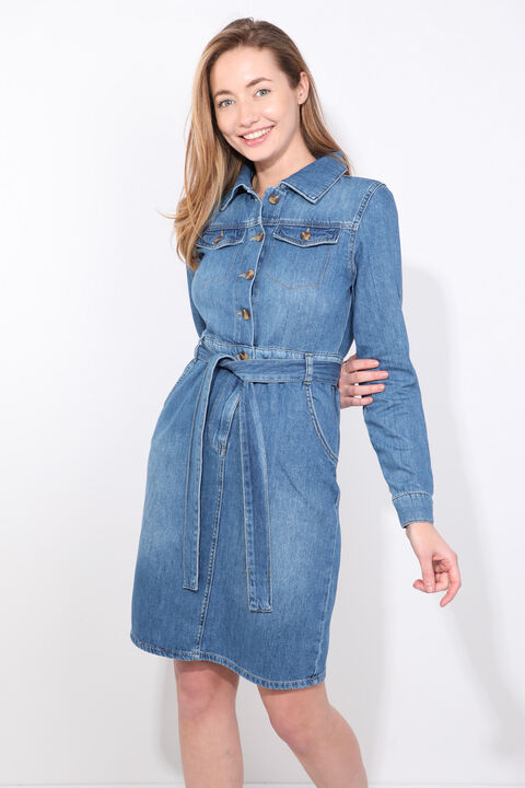 Женское джинсовое платье с синим поясом и длинным рукавом