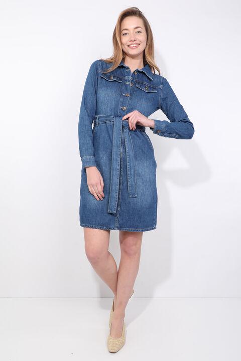 Женское джинсовое платье с длинным рукавом темно-синего цвета с поясом