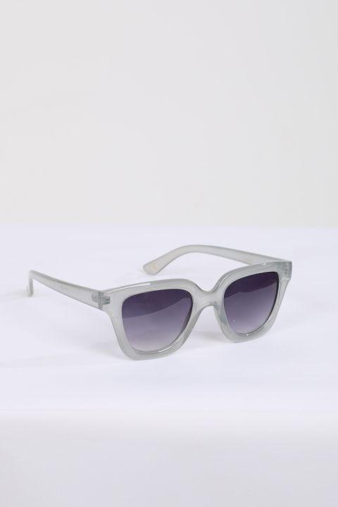 Женские солнцезащитные очки в серой оправе
