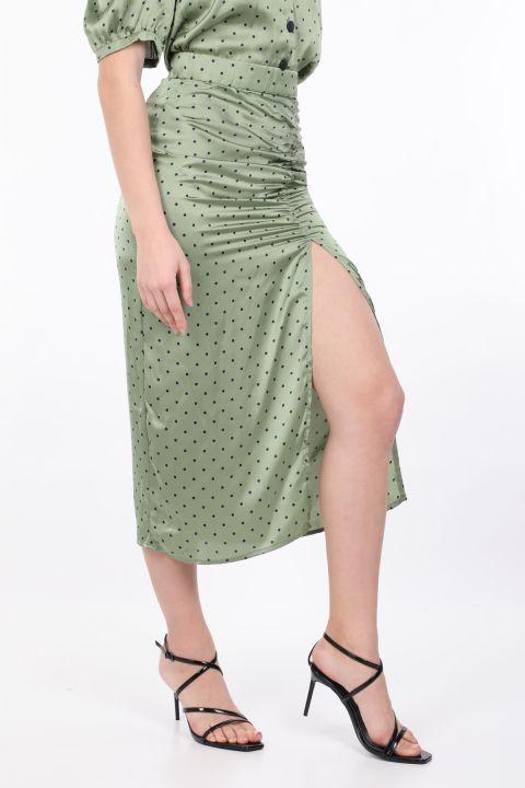 Женская зеленая юбка в горошек со сборками и разрезом