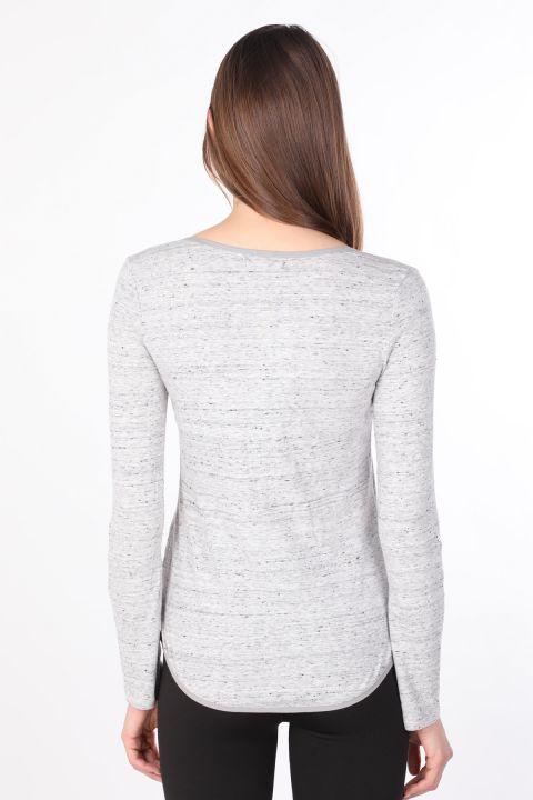 قميص نسائي أساسي بأكمام طويلة نصف زر رمادي