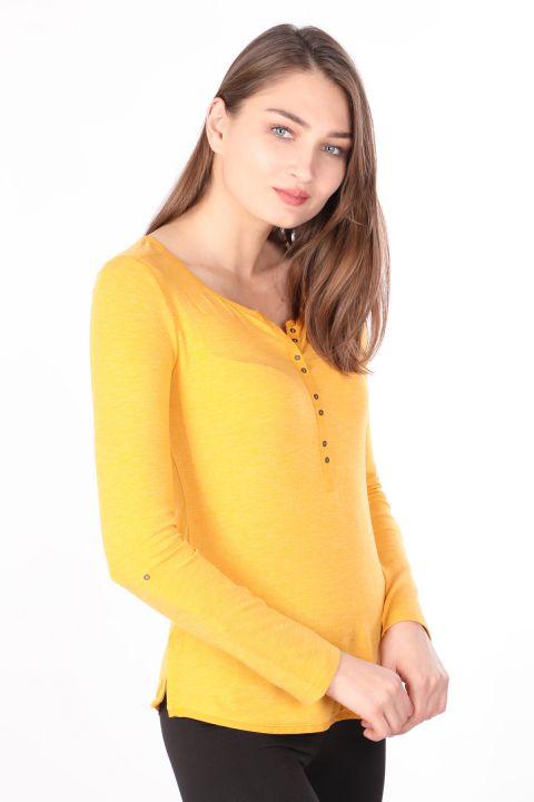 Женская базовая футболка с длинным рукавом на пуговицах горчичного цвета