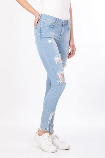 BLUE WHITE - بنطلون جينز نسائي أزرق فاتح مزين بشبكة صيد السمك (1)