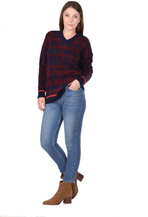 Женский темно-синий свитер с V-образным вырезом в клетку