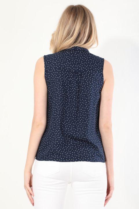 Женская рубашка без рукавов в горошек темно-синего цвета