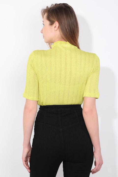 بلوزة تريكو رفيعة باللون الأخضر الزيتي للمرأة