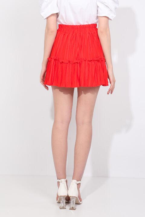 Женская мини-юбка оранжевого цвета со складками