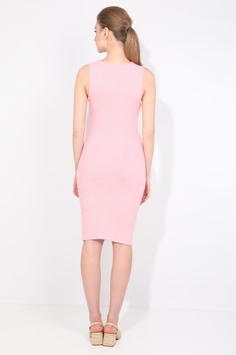 Женское розовое облегающее платье