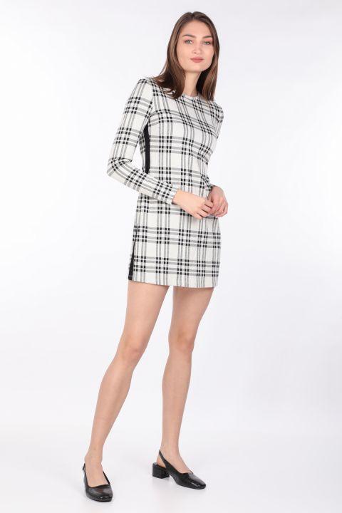 Женское клетчатое прямое мини-платье с длинным рукавом