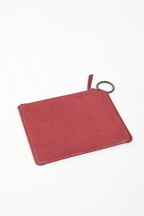 حقيبة يد نسائية حمراء لامعة