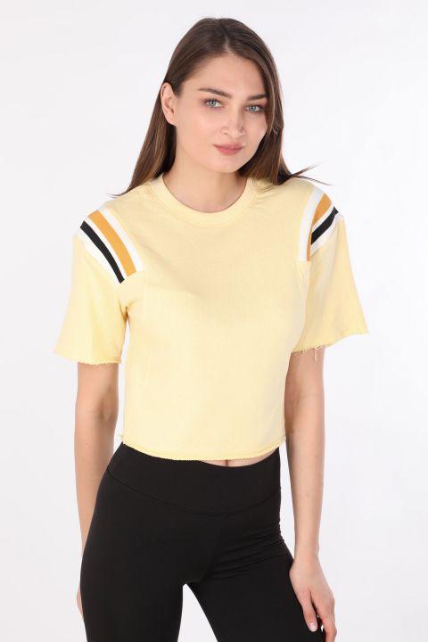 Укороченная женская футболка в рубчик желтая