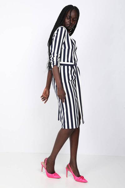 MARKAPIA WOMAN - فستان نسائي بياقة على شكل حرف V وأزرار مخططة (1)