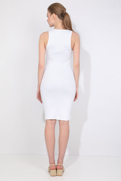 Женское белое облегающее платье с v-образным вырезом